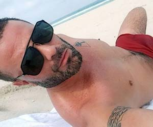 Rodrigo Phavanello impressiona com volumão na sunga