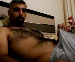 Moreno peludo acorda de pau duro querendo sacanagem