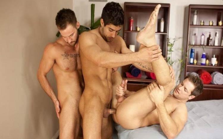 homens fodendo massagem