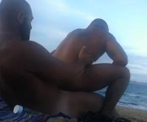 Parrudão careca bota pra fuder na praia de nudismo