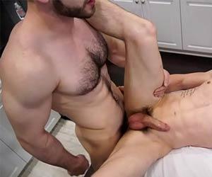 Massagista vai além do serviço sem camisinha - Abele & Jake