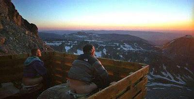 dos hombres cagando en la montaña