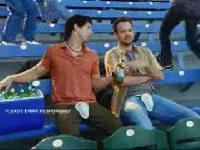 看棒球時千萬記得要保�好下面喔