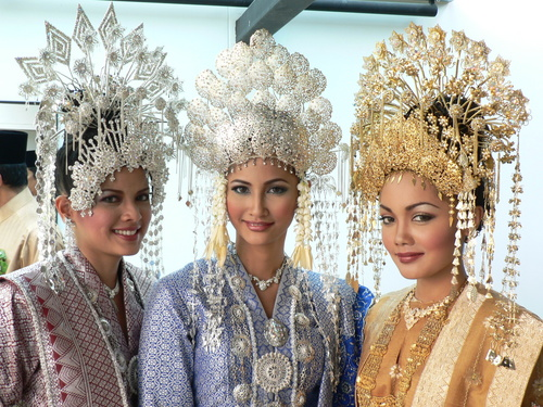 The Sanggul Lintang Of Traditional Malay Brides The Beading Gem S
