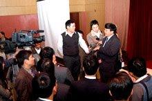 Phó Tổng Giám đốc VNPT Nguyễn Bá Thước trả lời phỏng vấn của các báo đài