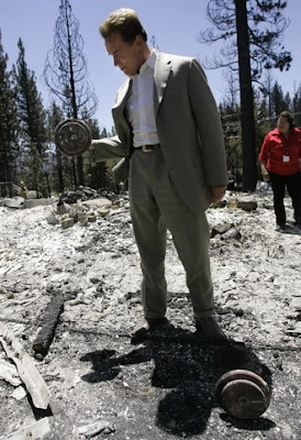 Arnold lifts weights at cite of San Diego Wildfires 07