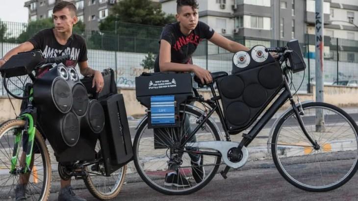 シチリア島限定「クセが強い自転車ブーム」若者がデコチャリで爆音