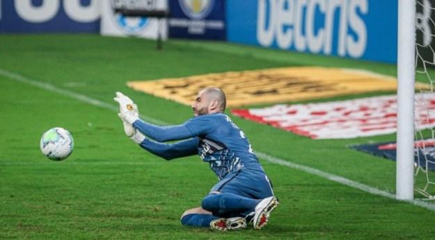 Goleiro falhou em alguns jogos - Foto: Fernando Alves/AGIF.