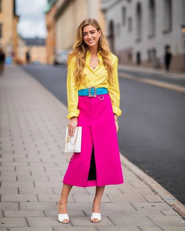 Emili Sindlev - camisa-amarela-saia-pink - cor - verão - street-style