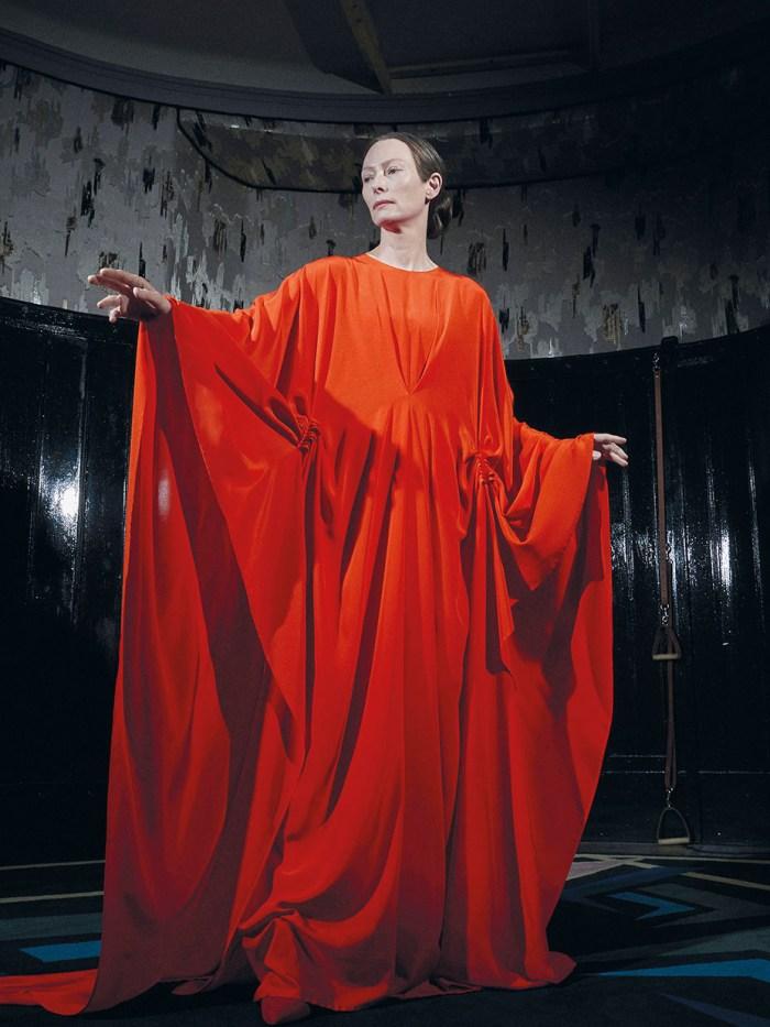 Madame Blanc (Tilda Swinton) em cena de Suspiria © Reprodução