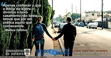 Casal feliz sem divórcio e novo casamento caminhando na rua de mãos dadas.