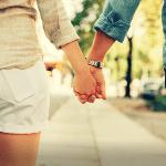 Rapaz e moça caminhando. Passagens bíblicas sobre divórcio e novo casamento.