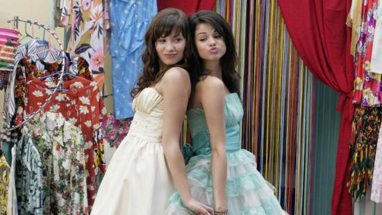 """Demi Lovato e Selena Gomez no filme """"Programa de Proteção para Princesas""""."""