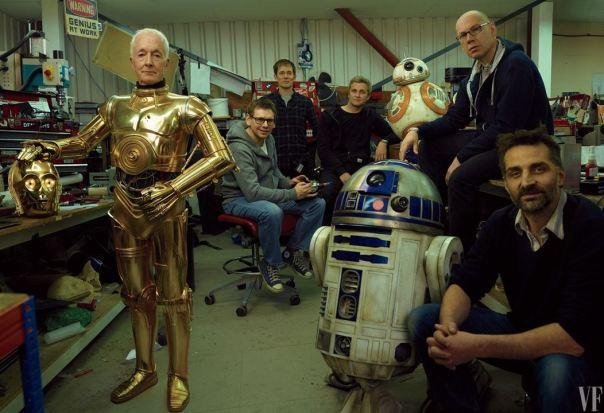Anthony Daniels como C-3PO e equipe da produção