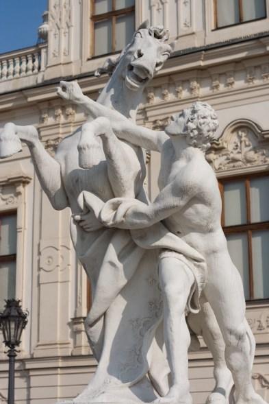 여러 조각상들이 있다.