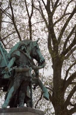 성당 앞의 동상