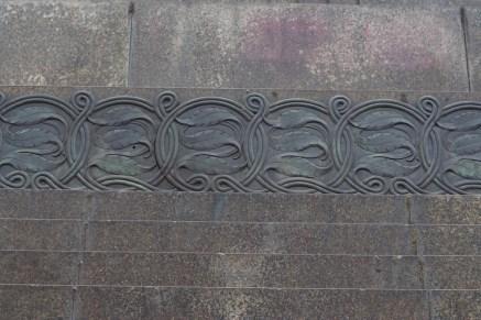 동상 아래의 무늬