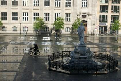 광장에는 비가 왔다.