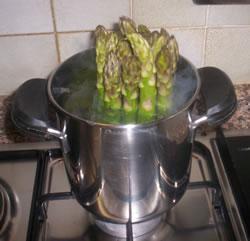 Gli asparagi durante la cottura