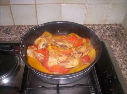 Il galletto con i peperoni pronto per essere servito