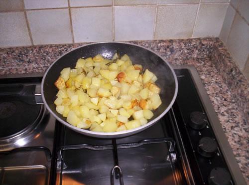 Ecco come si presentano le patate in padella a metà cottura