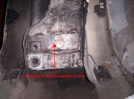 La zona di attacco dell'ammortizzatore Vespa 50 rinforzata mediante una piasta saldata