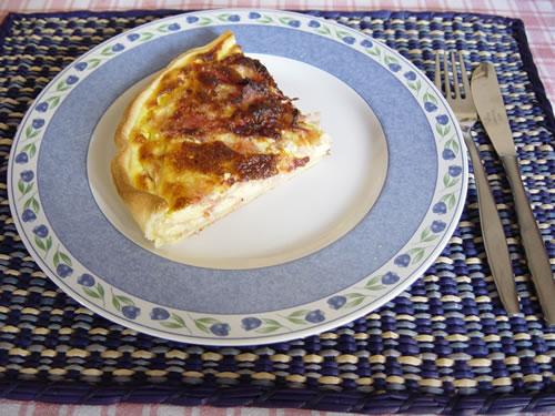 Una fetta di torta salata al prosciutto e formaggio.