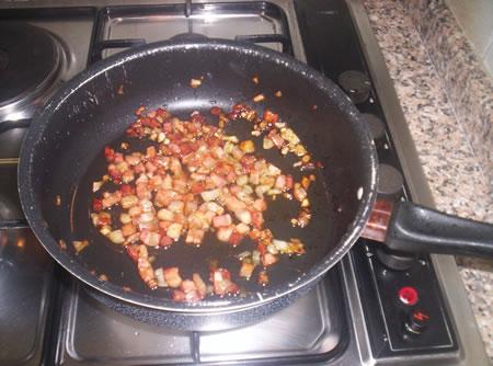 La pancetta e la cipolla rosolata