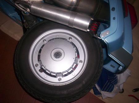 Per rimuovere la ruota posteriore della Vespa basta svitare un dado