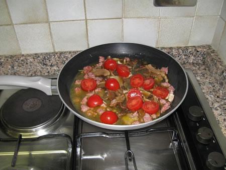 La preparazione del sugo ai porcini