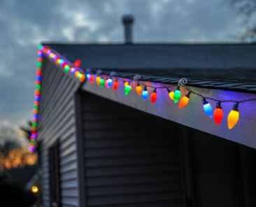holiday-decorations-roofing-tips