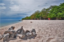 Personally, Sta. Cruz Grande does not have much to offer except for its pinkish sand. The place is not ideal for swimming, especially for children, as the seabed drops abruptly to a deep semi-ravine.