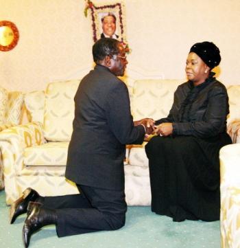 Zimbabwe President Robert Robert Mugabe offers his condolences to Zambia's First Lady Maureen Mwanawasa