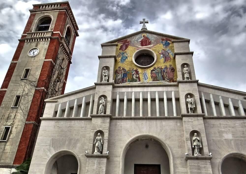 See Basilica of San Frediano when visiting Lucca in a day