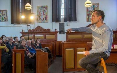 Volle kerk Woltersum beleeft zoektocht burn-out met Bram Bakker