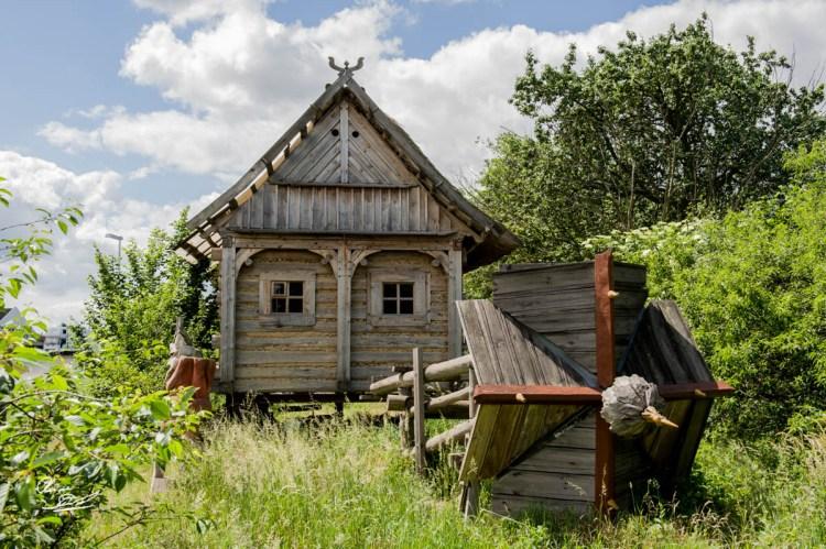 Das 'Wandernde Haus' als Protest gegen die Zerstoerung des Ortes Lakoma