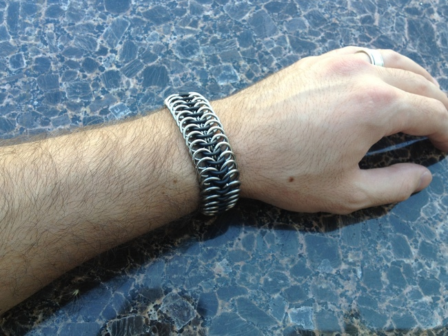 chainmail_bracelet_stretch_black_steel_hand