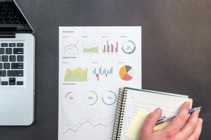 person-holding-blue-ballpoint-pen-on-white-notebook-669610, analiza, praca