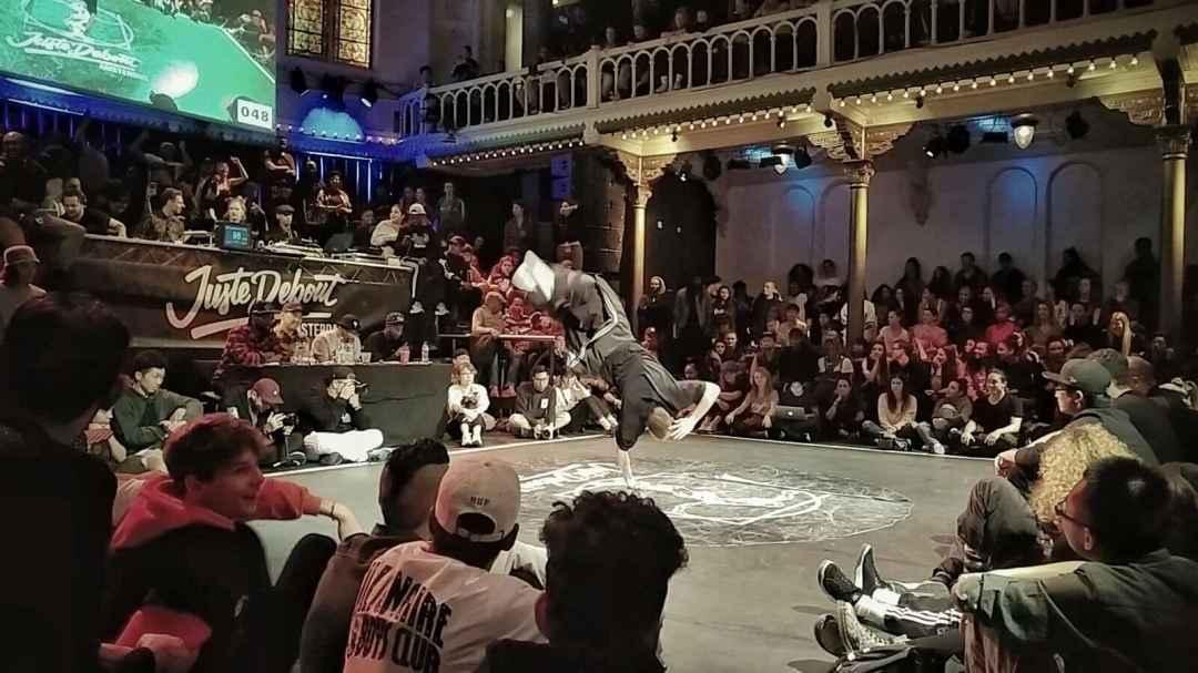 de foto is van onze hiphop docent Yuri tijdens van de belangrijkste underground hiphop dans competitie 'Juste Debout'