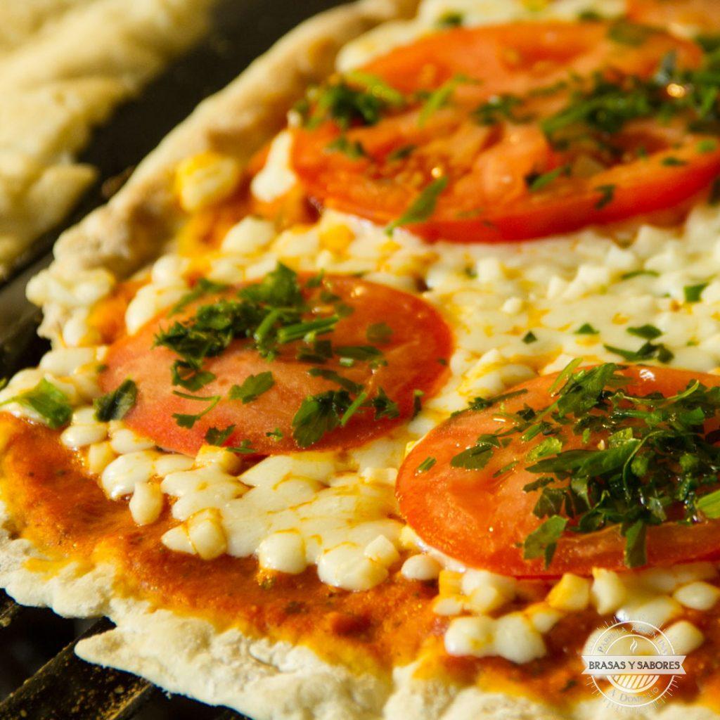 pizza napolitana con tomate y perejil, hecha a la parrilla en catering Madrid