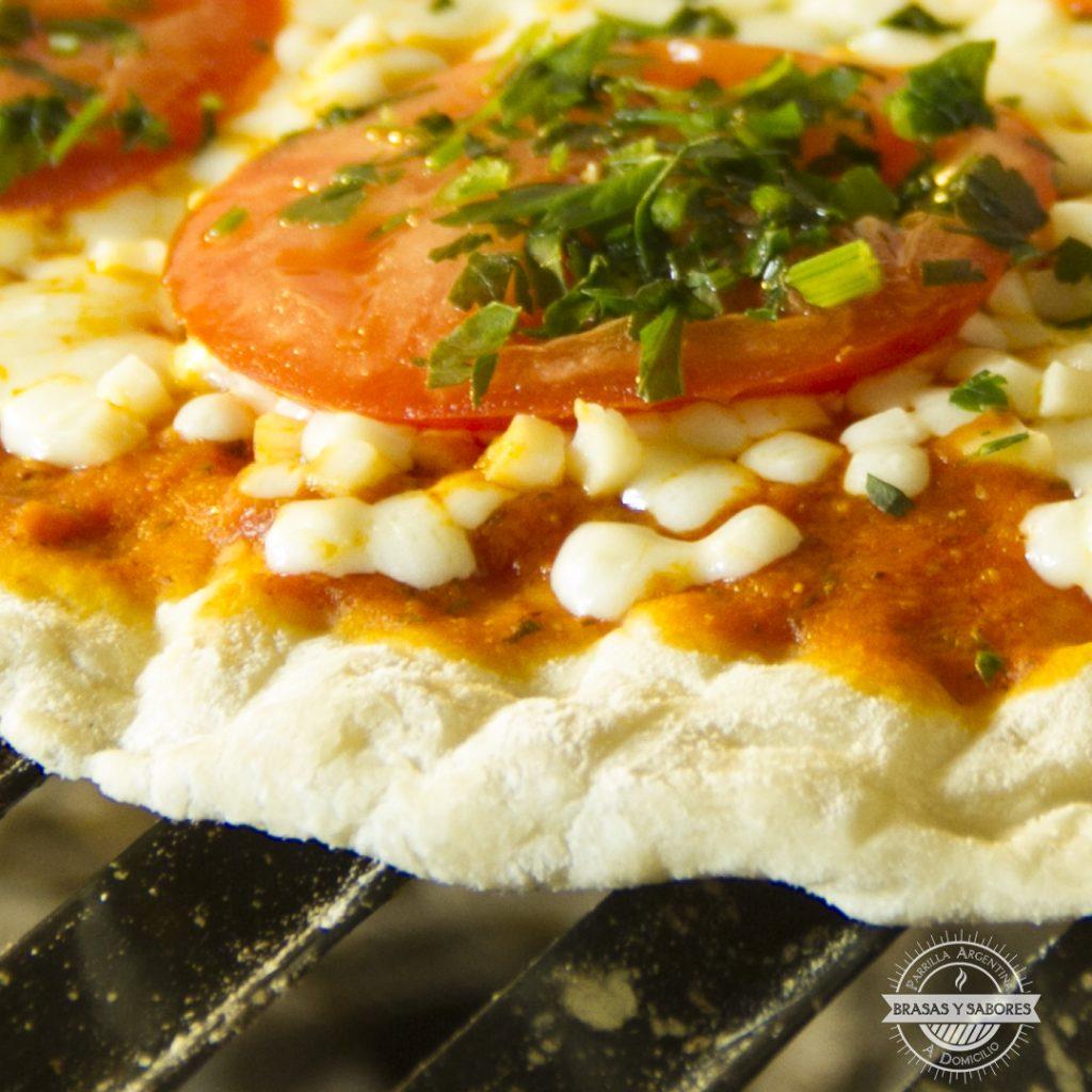 pizza a la parrilla en Brasas y Sabores