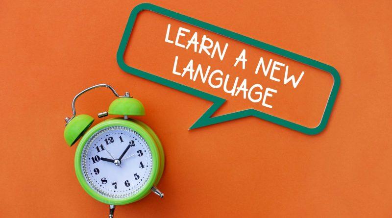 relógio marcando o tempo para começar as aulas de inglês