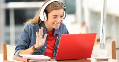 Jovem aluna estudando inglês online pelo notebook