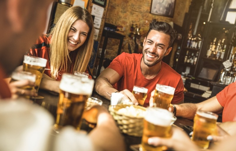 Amigos em um pub irlandês