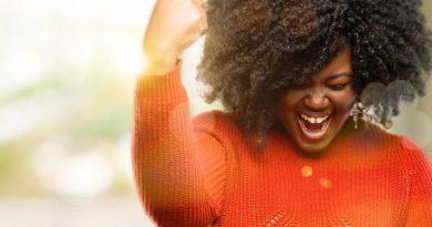 Mulher celebrando frases inesquecíveis em inglês
