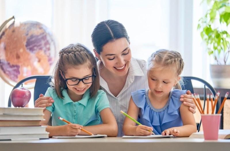 Crianças bilíngues estudando inglês.