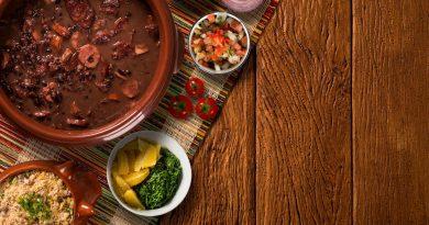 Feijoada brasileira e seus acompanhamentos - comidas tipicas brasileiras em ingles