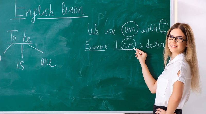 Professora usando o quadro negro.