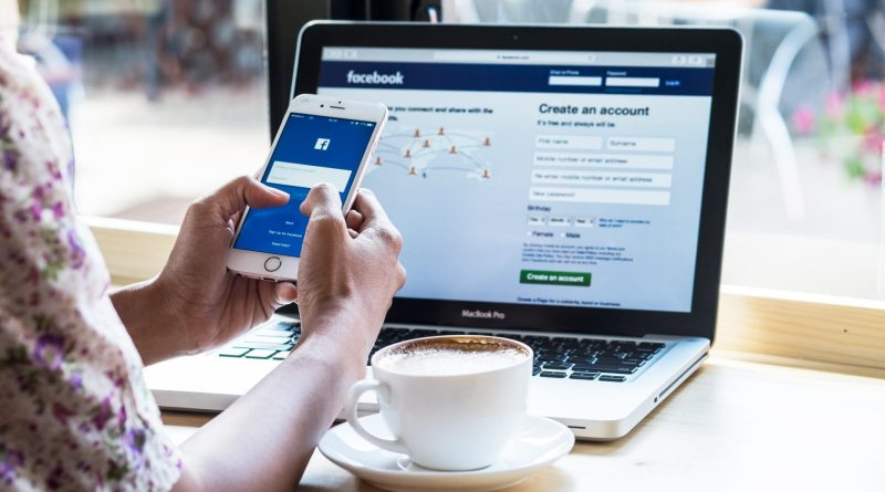 Mulher utilizando o facebook