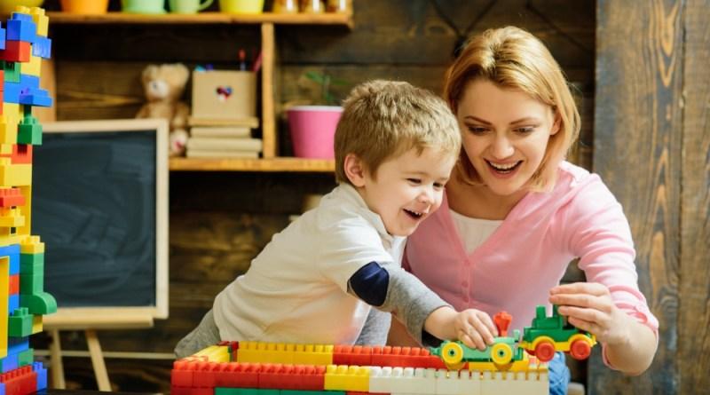 filho brincando com a mãe em inglês